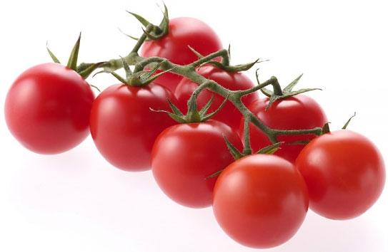 Uống nước ép hoặc đắp mặt nạ cà chua thường xuyên