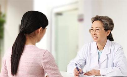 Kinh nghiệm trị sẹo lõm thứ 2 là nên đến gặp bác sĩ để được tư vấn