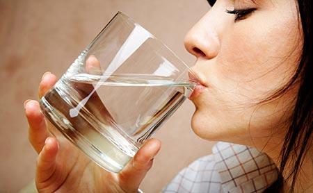 Uống nhiều nước cũng giúp trị sẹo rỗ hiệu quả